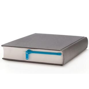 Lesezeichen Zipmark in blau von Peleg Design. Dieser Reißverschluss öffnet garantiert die richtige Stelle deines Buches.