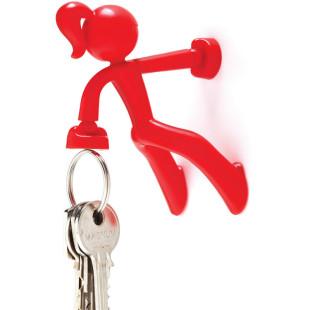 Roter, magnetischer Schlüsselhalter KEY PETITE von Peleg Design. Die kleine pinke Bergsteigerin hält bis zu 20 Schlüssel!