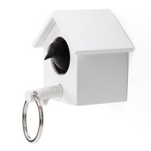 Cuckoo Schlüsselhalter Vogelhaus von Qualy Design. Schlüsselhaus mit schwarzem Vogel / Spatz und Ast-Schlüsselanhänger.