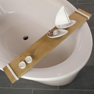 Raumgestalt Badebrett aus hell geöltem Eichenholz mit Silikonringen. Dekoriert mit Snacks, Teelichtern auf Badewannenrand.