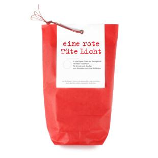 Eine rote Tüte Licht von Raumgestalt: vier kleine rote Papiertüten, vier Maxi-Teelichter und ein wenig Draht verpackt in einer roten Tüte.