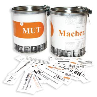 MUT Macher - Sprüchedose von Raumgestalt: Blechdose mit Plombe mit 365 netten Sprüchen. Zwei Dosen - mit Spruchkärtchen liegend.