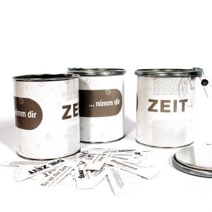 Nimm dir ZEIT Sprüchedose von Raumgestalt: Blechdose mit Plombe mit 365 netten Sprüchen. Drei Dosen - mit Spruchkärtchen vorne liegend.