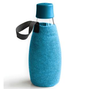 Blaue Schutz- und Transporthülle aus Baumwolle mit praktischer Trageschlaufe für die Design-Trinkflasche 0,5 Liter von Retap.