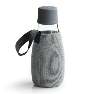 Graue Schutz- und Transporthülle aus Baumwolle mit praktischer Trageschlaufe für die Design-Trinkflasche 0,3 Liter von Retap.