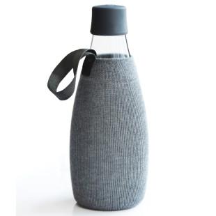 Graue Schutz- und Transporthülle aus Baumwolle mit praktischer Trageschlaufe für die Design-Trinkflasche 0,8 Liter von Retap.