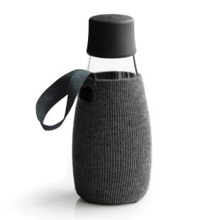 Schwarze Schutz- und Transporthülle aus Baumwolle mit praktischer Trageschlaufe für die Design-Trinkflasche 0,3 Liter von Retap.