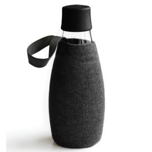 Schwarze Schutz- und Transporthülle aus Baumwolle mit praktischer Trageschlaufe für die Design-Trinkflasche 0,5 Liter von Retap.