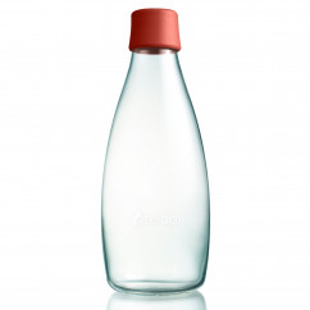 Retap Trinkflasche 08 mit Deckel in dusty red. Die 800 ml Glasflasche mit dunkelrotem, BPA-freien Silikondeckel.