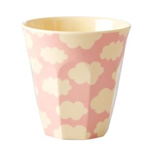 Becher Cloud Print von Rice - Kinderbecher mit Wolken - Trinkbecher rosa mit cremefarbenen Wölkchen.