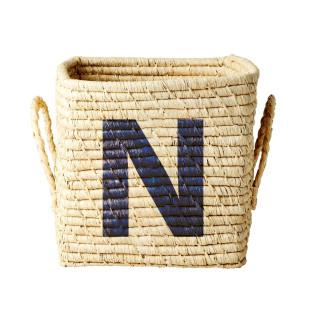 Korb aus Bast mit dunkelblauem Buchstabe N von Rice Dänemark. Design Bastkorb mit Henkelgriffen SQUARE BASKET RAFFIA.