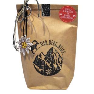 Der Berg ruft - Geschenktüte von Wunderle, braune Papiertüte befüllt mit netten Kleinigkeiten