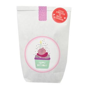 Happy Birthday Geschenktüte von Wunderle, weiße Papiertüte, befüllt mit netten und nützlichen Kleinigkeiten fürs nächste Backen.