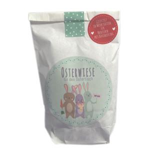 Osterwiese für den Ostertisch Geschenktüte von Wunderle - weiße mini Papiertüte, befüllt mit netten Kleinigkeiten