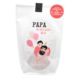 Papa du bist mein Held Geschenktüte - Wundertüte von Wunderle. Weiße Papiertüte befüllt mit Kleinigkeiten.
