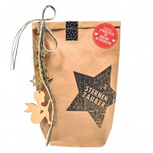 Sternenzauber Geschenktüte von Wunderle. Braune Papiertüte, befüllt mit zauberhauften Kleinigkeiten für die Weihnachtszeit