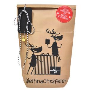 Weihnachtsfeier Geschenktüte von Wunderle. Braune Papiertüte, befüllt mit fröhlichen Kleinigkeiten für die Weihnachtsfeier mit Kollegen und Mitarbeitern