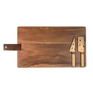 CHEESEPORN von doiy design: ein Käsebrett aus Akazienholz mit integrierten, goldenen Käsemessern im Schneidebrett + Aufhängeschlaufe.