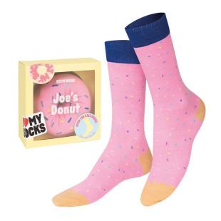 Rosa Donuts Socken Erdbeere von DOIY. Fashionsocken - DOUGHNUT Socks strawberry pink in cooler Gesshenkverpackung von DOIY DESIGN.