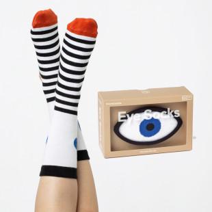 Lustige und bequeme Socken in Augenform: die Eye Socks von doiy design. Fashionsocken mit Streifen und Auge.