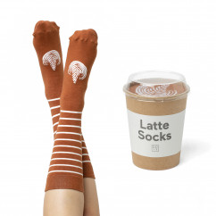 Socken, geliefert im Kaffee to go Becher: die stylische Fashionsocken CAFFÉ LATTE SOCKS von doiy design.