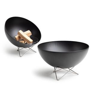 Feuerschale mit schwenkbarer Schale. Schwarze Feuerstelle mit Metallgestell von höfats. Design Feuerschale BOWL.