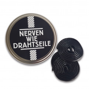 Nerven wie Drahtseile - Dose befüllt mit Lakritzrollen vom Hersteller liebeskummerpillen. Entspannung zum Naschen!