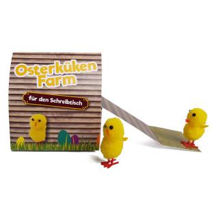 Oster-Kükenfarm mit Hühnerleiter zum Herausziehen von liebeskummerpillen. Das lustige Ostergeschenk und nette Dekoration für den Schreibtisch.
