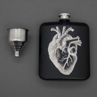 Schwarzer Flachmann mit Herz von luckies design - For Medicinal Purposes - mit Trichter aus Edelstahl.