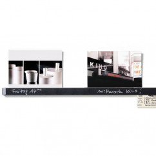 Klemmleiste Clip Rail 60 cm von side by side aus Ahorn mit Tafellack - mit eingesteckten Postkarten.