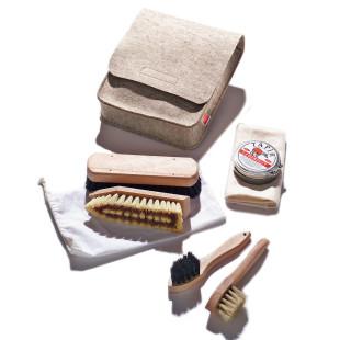 Schuhputzbeutel aus meliertem Filz mit Bürsten, Lederfett und Poliertuch - von side by side.