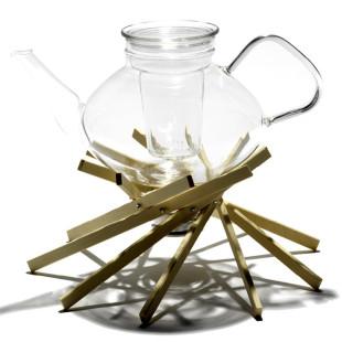 Stövchen keepot! aus Ahornholz in Form eines Lagerfeuers - Stimmungsbild mit Glaskanne.