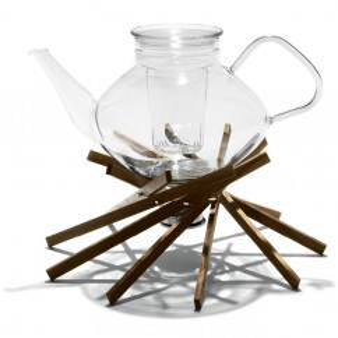 Stövchen keepot! aus Nussbaumholz in Form eines Lagerfeuers - Stimmungsbild mit Glaskanne.