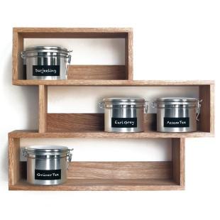 Teeregal mit versetzten Fachträgern aus massivem, geölten Eichenholz - Stimmungsbild mit Teedosen befüllt.
