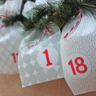 Adventskalender, 24 bedruckte Tüten zum selbst Befüllen - grau / rot